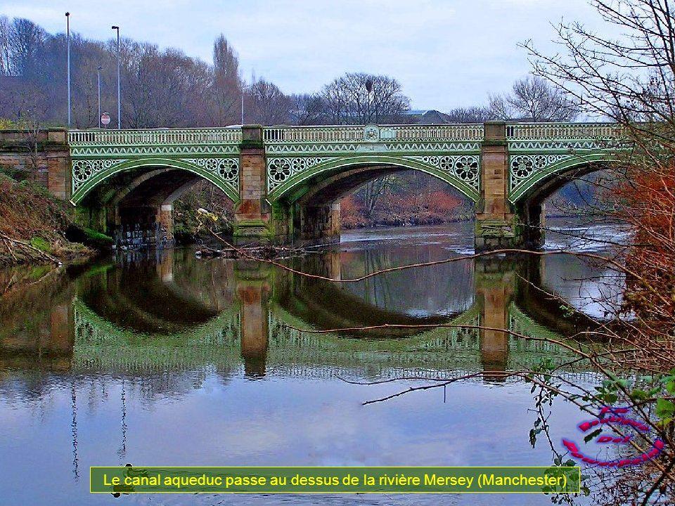 Le canal aqueduc passe au dessus de la rivière Mersey (Manchester)