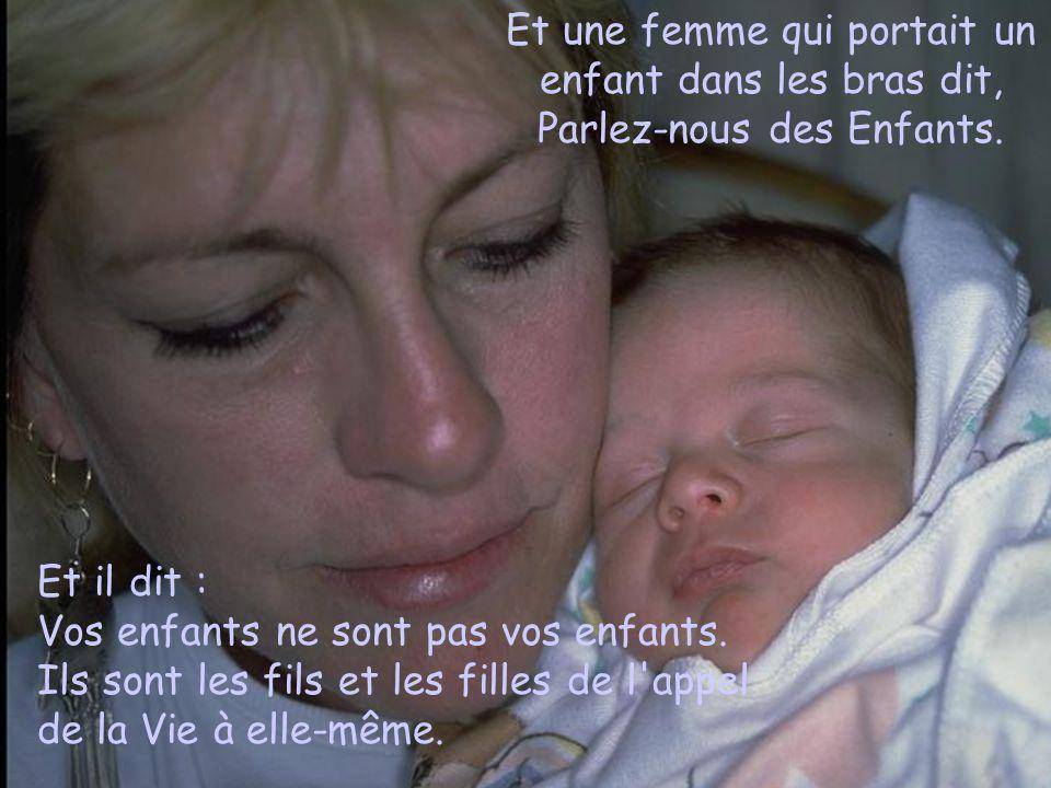 Et une femme qui portait un enfant dans les bras dit, Parlez-nous des Enfants.