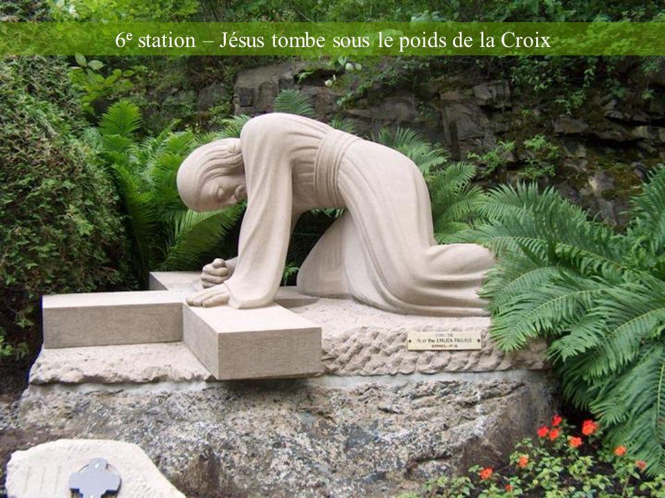 6e station – Jésus tombe sous le poids de la Croix