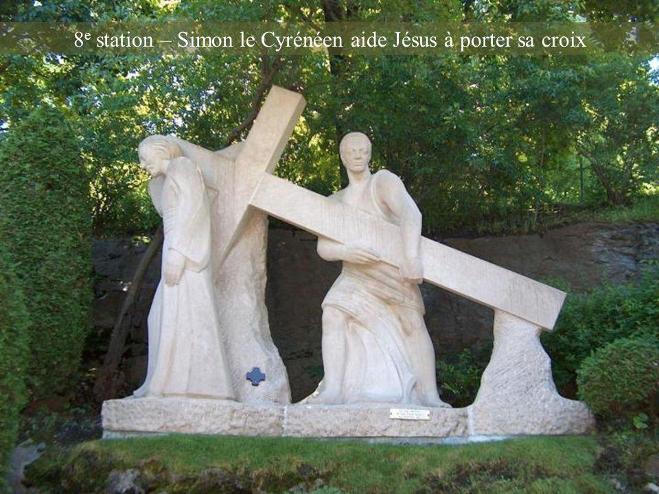 8e station – Simon le Cyrénéen aide Jésus à porter sa croix