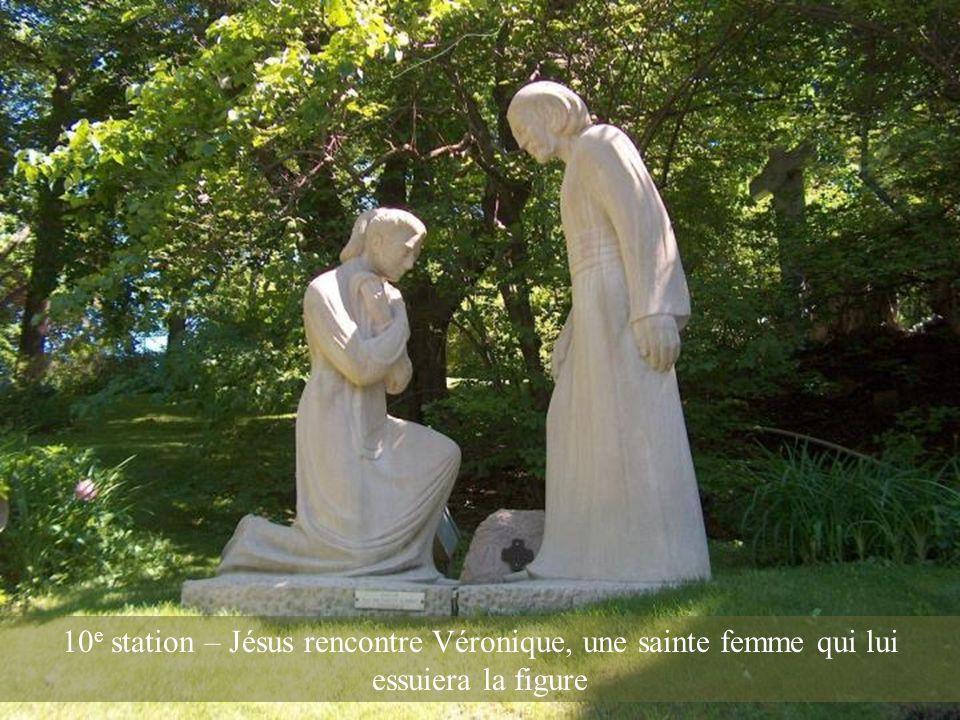 10e station – Jésus rencontre Véronique, une sainte femme qui lui essuiera la figure
