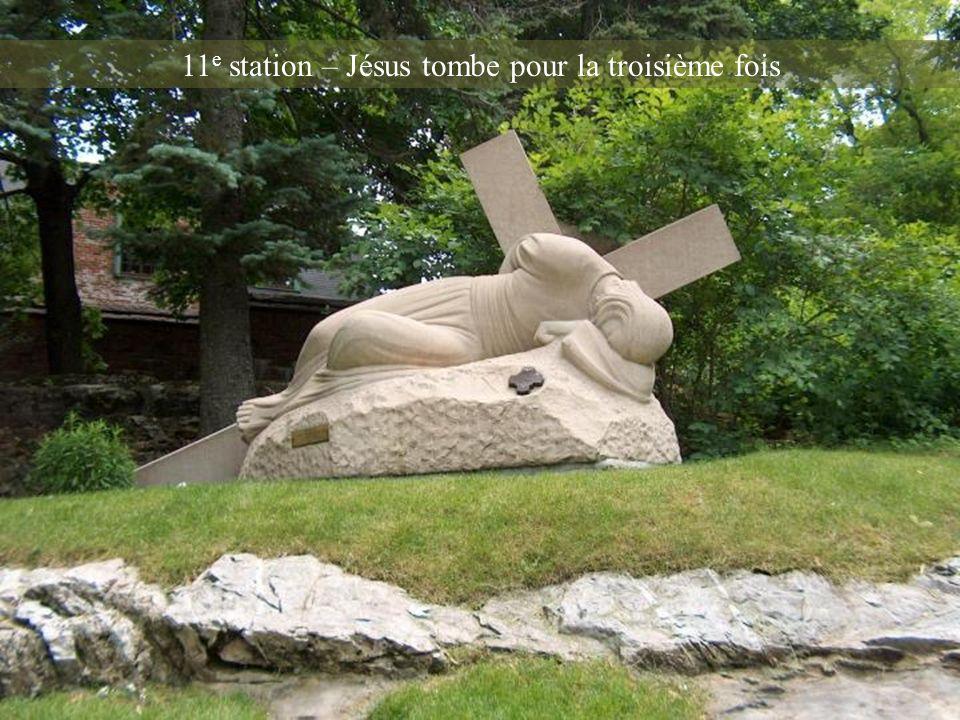 11e station – Jésus tombe pour la troisième fois