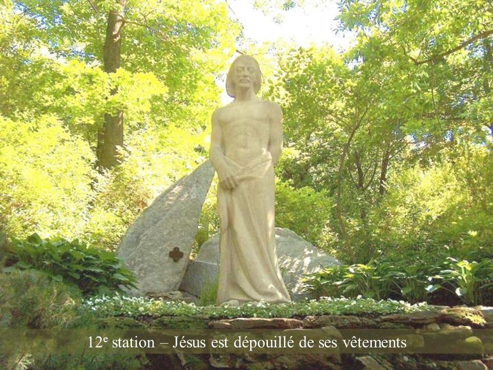 12e station – Jésus est dépouillé de ses vêtements