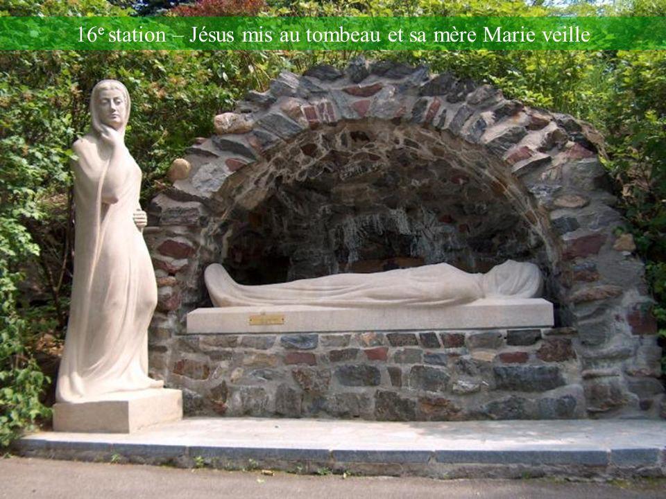 16e station – Jésus mis au tombeau et sa mère Marie veille