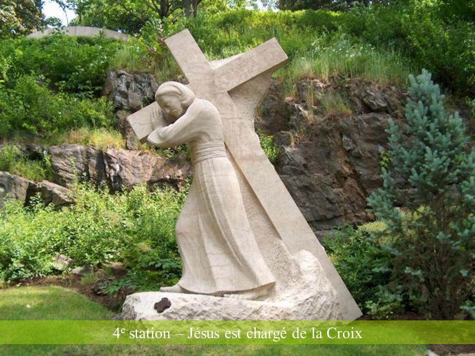 4e station – Jésus est chargé de la Croix
