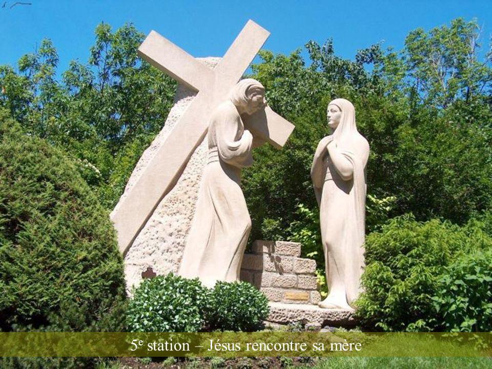 5e station – Jésus rencontre sa mère