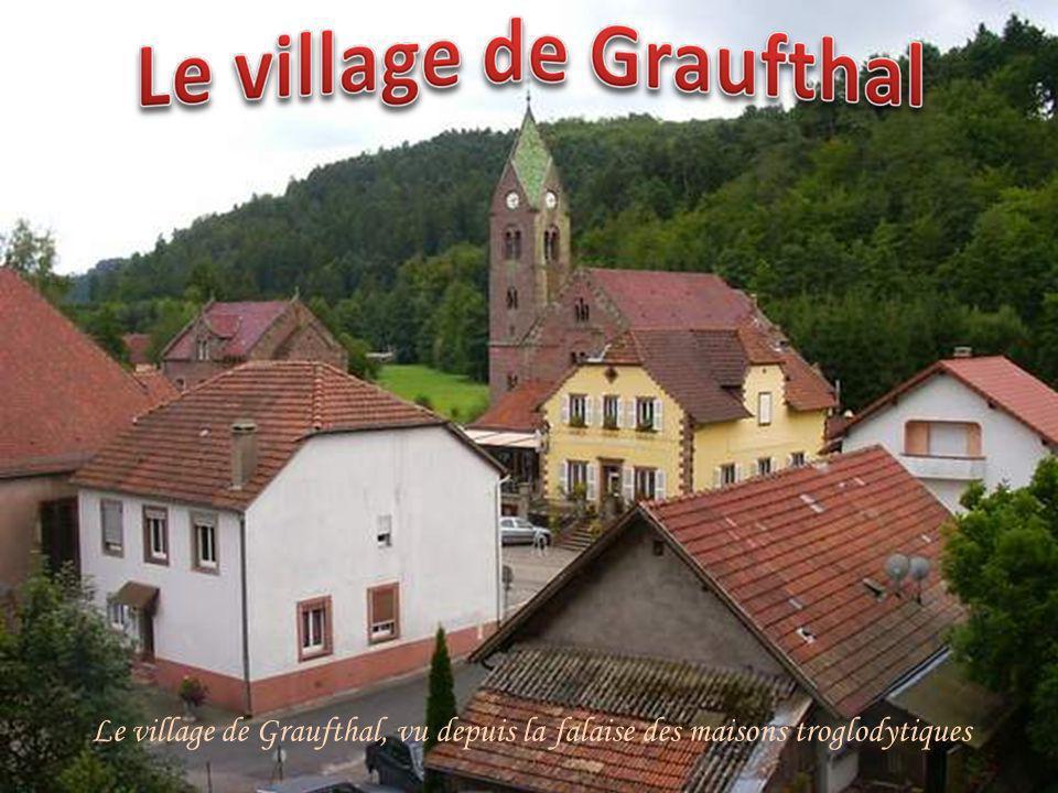 Le village de Graufthal, vu depuis la falaise des maisons troglodytiques