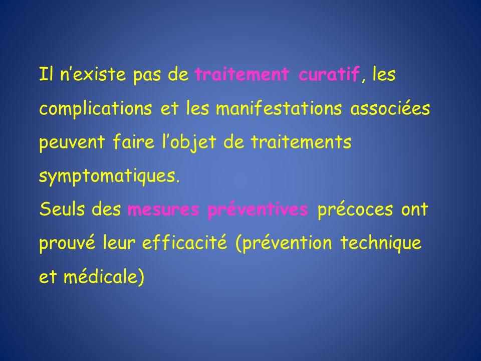Il n'existe pas de traitement curatif, les complications et les manifestations associées peuvent faire l'objet de traitements symptomatiques.