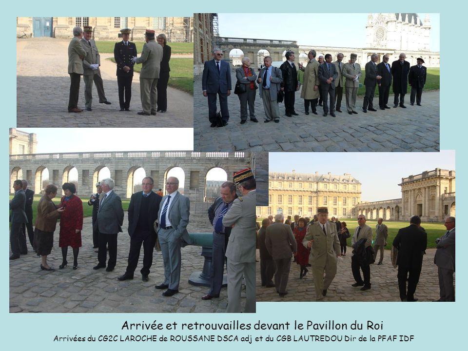 Arrivée et retrouvailles devant le Pavillon du Roi