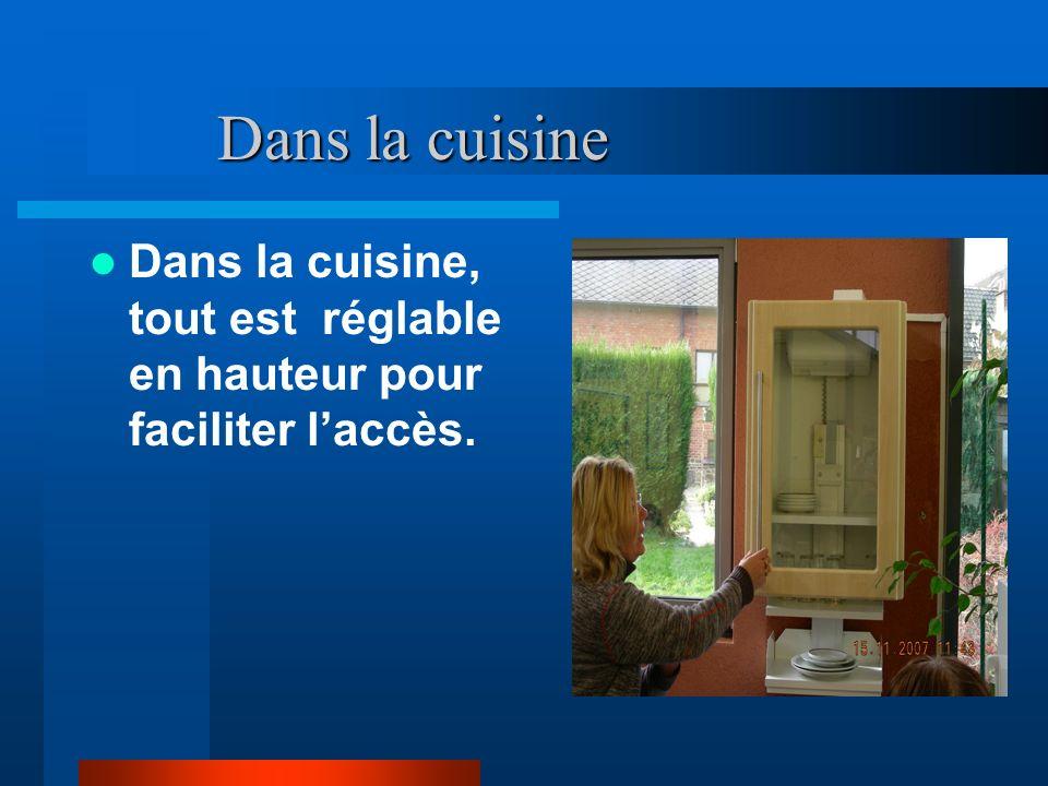 Dans la cuisine Dans la cuisine, tout est réglable en hauteur pour faciliter l'accès.