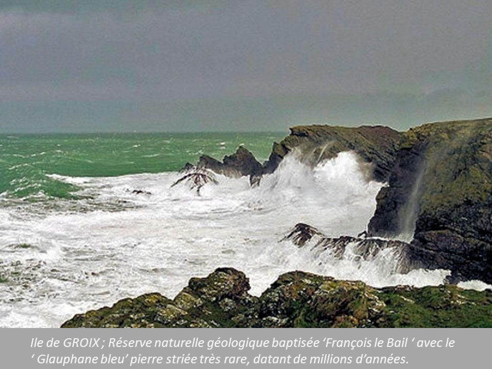 Ile de GROIX ; Réserve naturelle géologique baptisée 'François le Bail ' avec le ' Glauphane bleu' pierre striée très rare, datant de millions d'années.