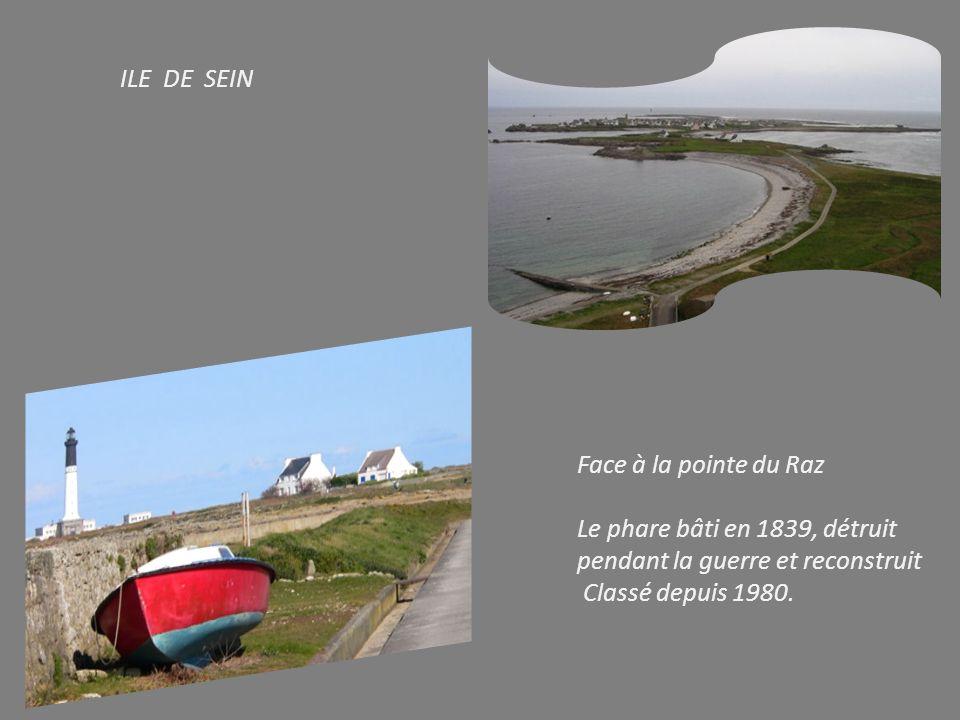 ILE DE SEIN Face à la pointe du Raz. Le phare bâti en 1839, détruit pendant la guerre et reconstruit.
