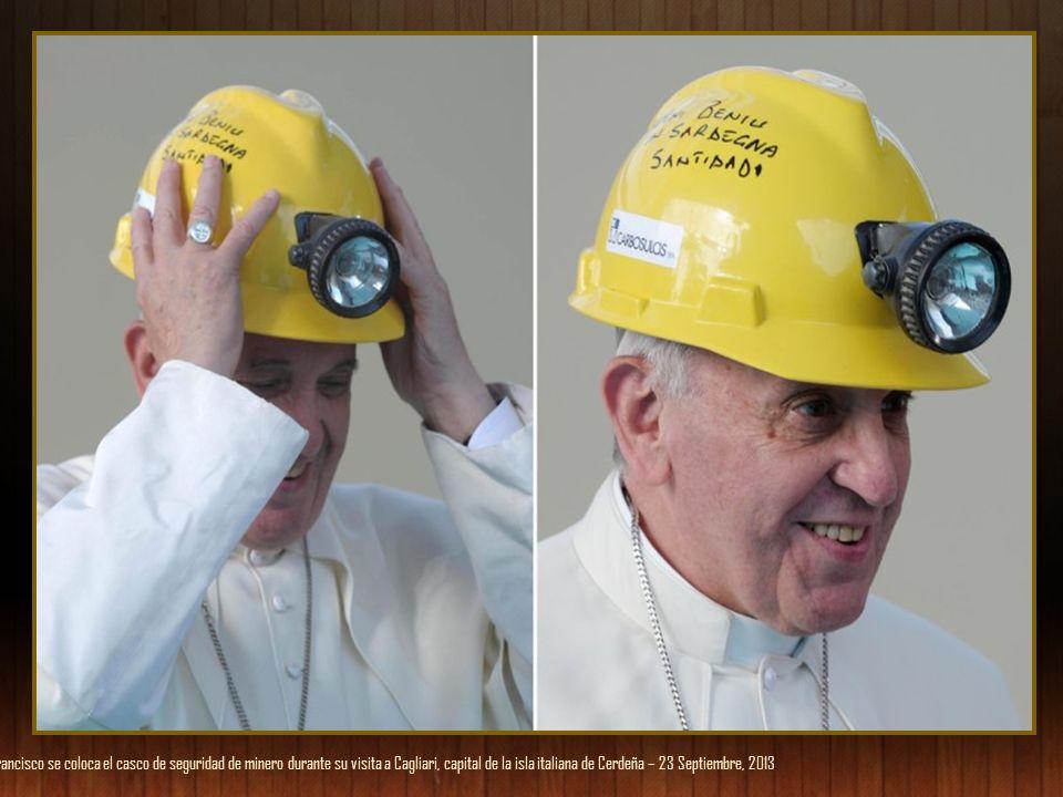 El papa Francisco se coloca el casco de seguridad de minero durante su visita a Cagliari, capital de la isla italiana de Cerdeña – 23 Septiembre, 2013