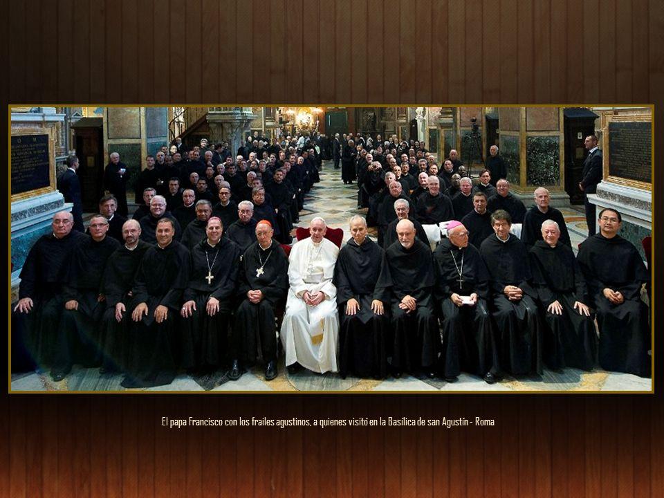 El papa Francisco con los frailes agustinos, a quienes visitó en la Basílica de san Agustín - Roma
