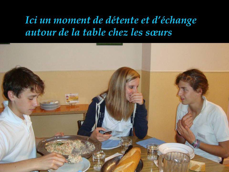 Ici un moment de détente et d'échange autour de la table chez les sœurs