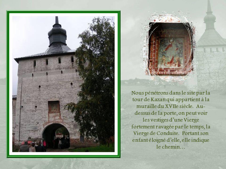 Nous pénétrons dans le site par la tour de Kazan qui appartient à la muraille du XVIIe siècle.