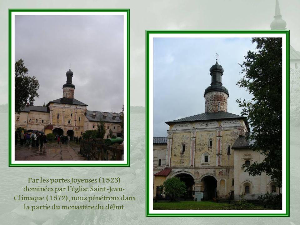 Par les portes Joyeuses (1523) dominées par l'église Saint-Jean-Climaque (1572), nous pénétrons dans la partie du monastère du début.