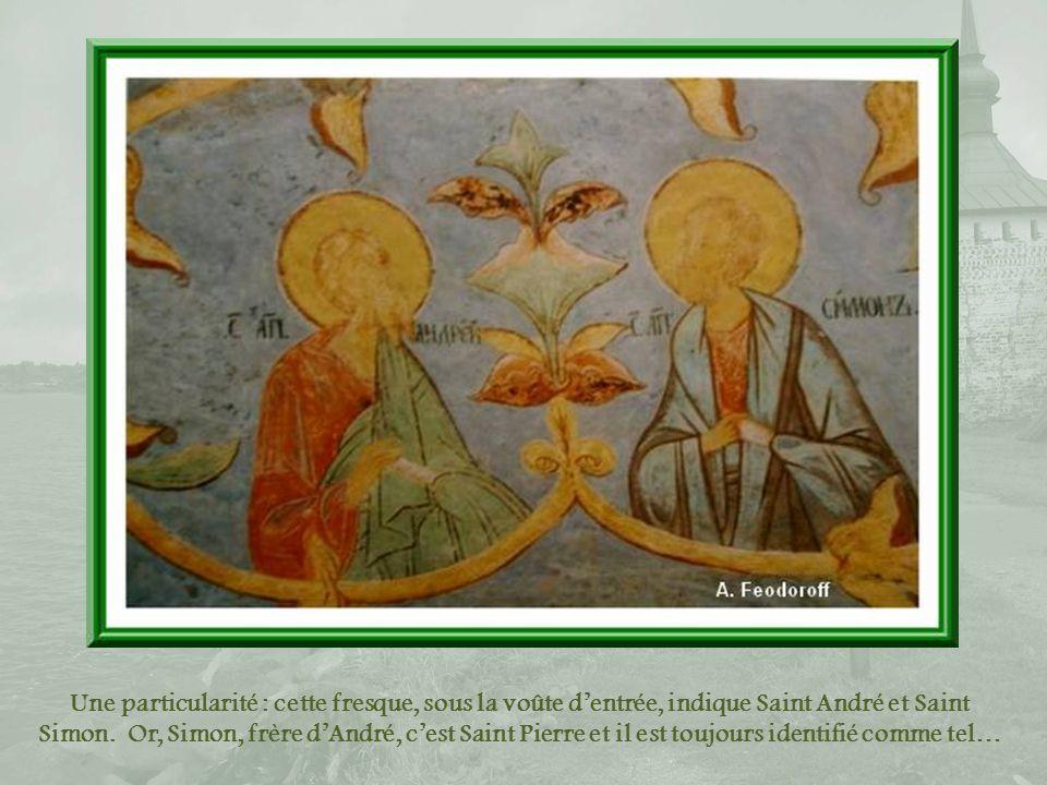 Une particularité : cette fresque, sous la voûte d'entrée, indique Saint André et Saint Simon.