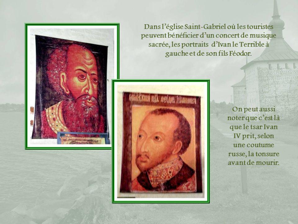 Dans l'église Saint-Gabriel où les touristes peuvent bénéficier d'un concert de musique sacrée, les portraits d'Ivan le Terrible à gauche et de son fils Féodor.