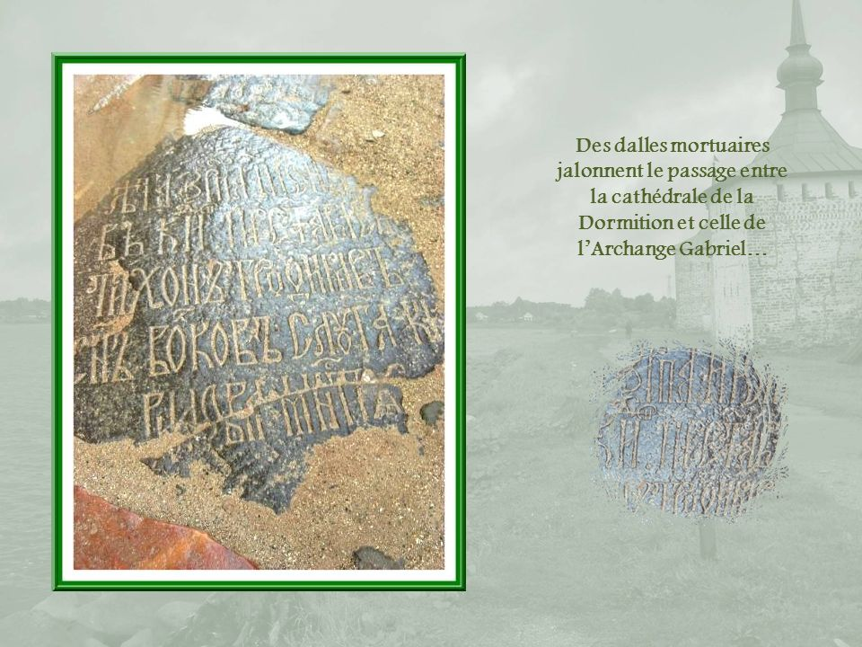 Des dalles mortuaires jalonnent le passage entre la cathédrale de la Dormition et celle de l'Archange Gabriel…