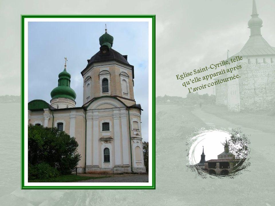 Eglise Saint-Cyrille, telle qu'elle apparaît après l'avoir contournée.