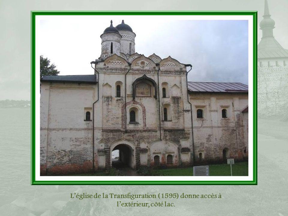 L'église de la Transfiguration (1595) donne accès à l'extérieur, côté lac.