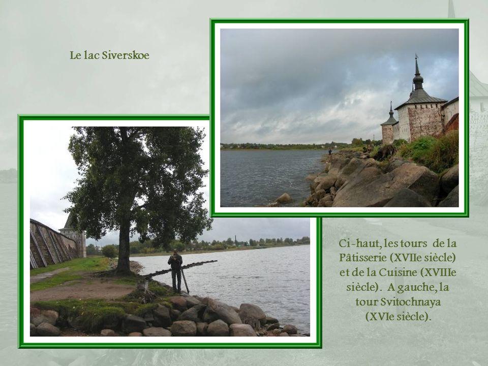 Le lac Siverskoe Ci-haut, les tours de la Pâtisserie (XVIIe siècle) et de la Cuisine (XVIIIe siècle). A gauche, la tour Svitochnaya.