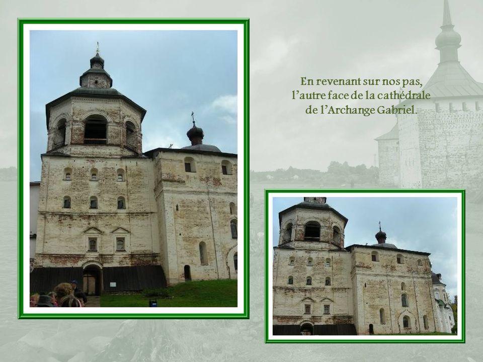En revenant sur nos pas, l'autre face de la cathédrale de l'Archange Gabriel.