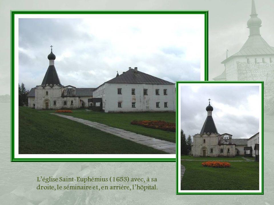 L'église Saint-Euphémius (1653) avec, à sa droite, le séminaire et, en arrière, l'hôpital.