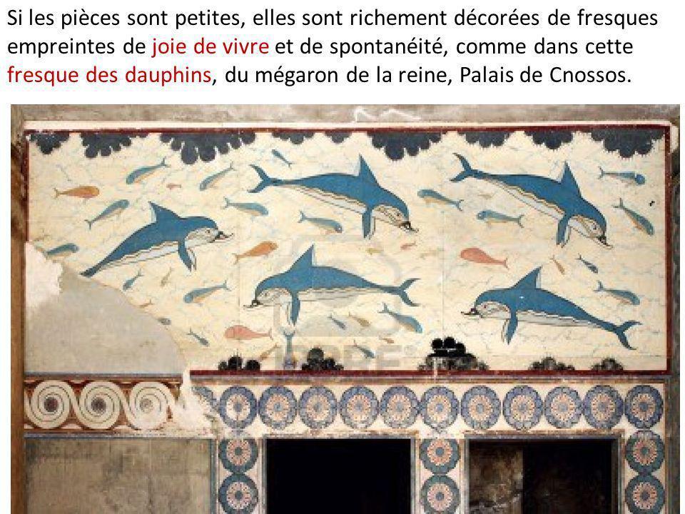 Si les pièces sont petites, elles sont richement décorées de fresques empreintes de joie de vivre et de spontanéité, comme dans cette fresque des dauphins, du mégaron de la reine, Palais de Cnossos.