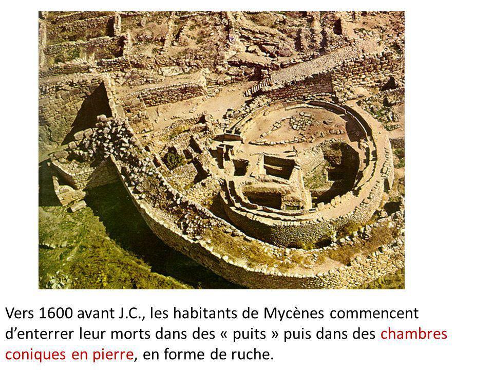 Vers 1600 avant J.C., les habitants de Mycènes commencent d'enterrer leur morts dans des « puits » puis dans des chambres coniques en pierre, en forme de ruche.