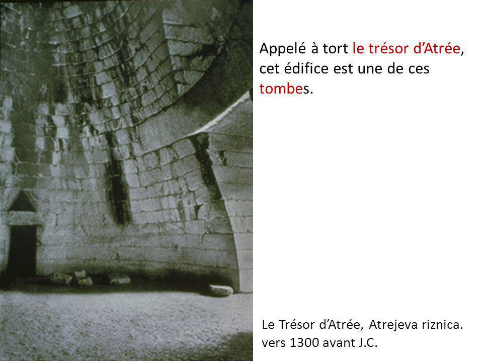 Appelé à tort le trésor d'Atrée, cet édifice est une de ces tombes.