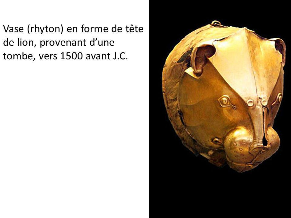 Vase (rhyton) en forme de tête de lion, provenant d'une tombe, vers 1500 avant J.C.
