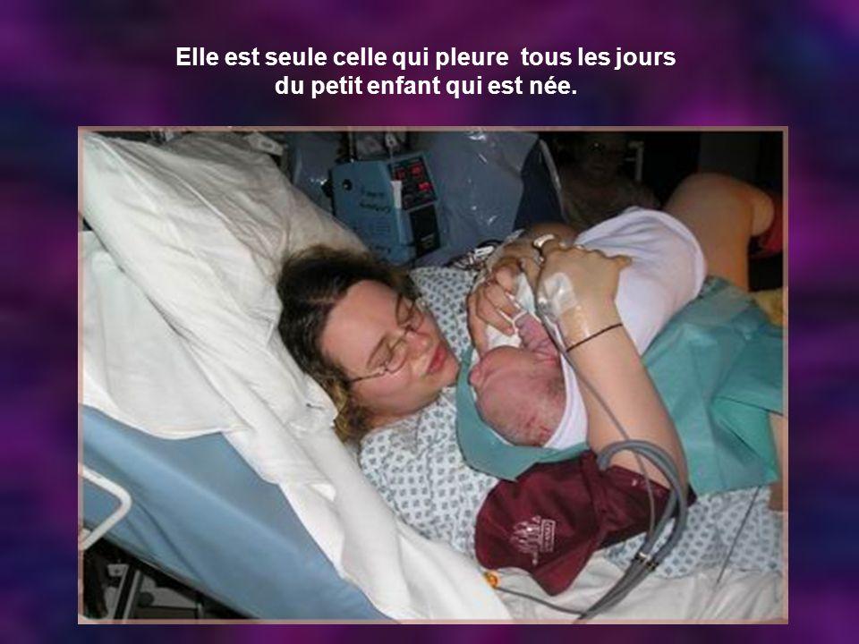 Elle est seule celle qui pleure tous les jours du petit enfant qui est née.