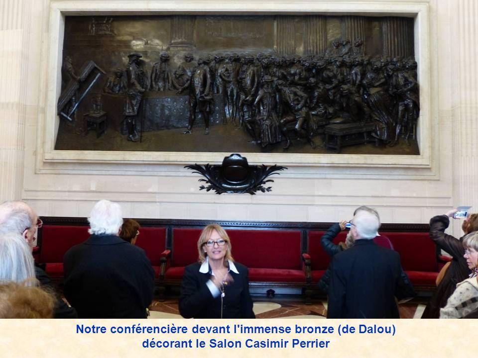 Notre conférencière devant l immense bronze (de Dalou) décorant le Salon Casimir Perrier