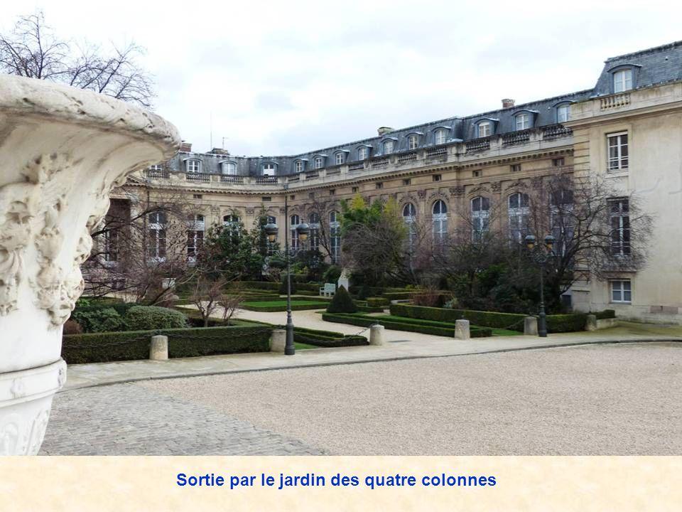 Sortie par le jardin des quatre colonnes