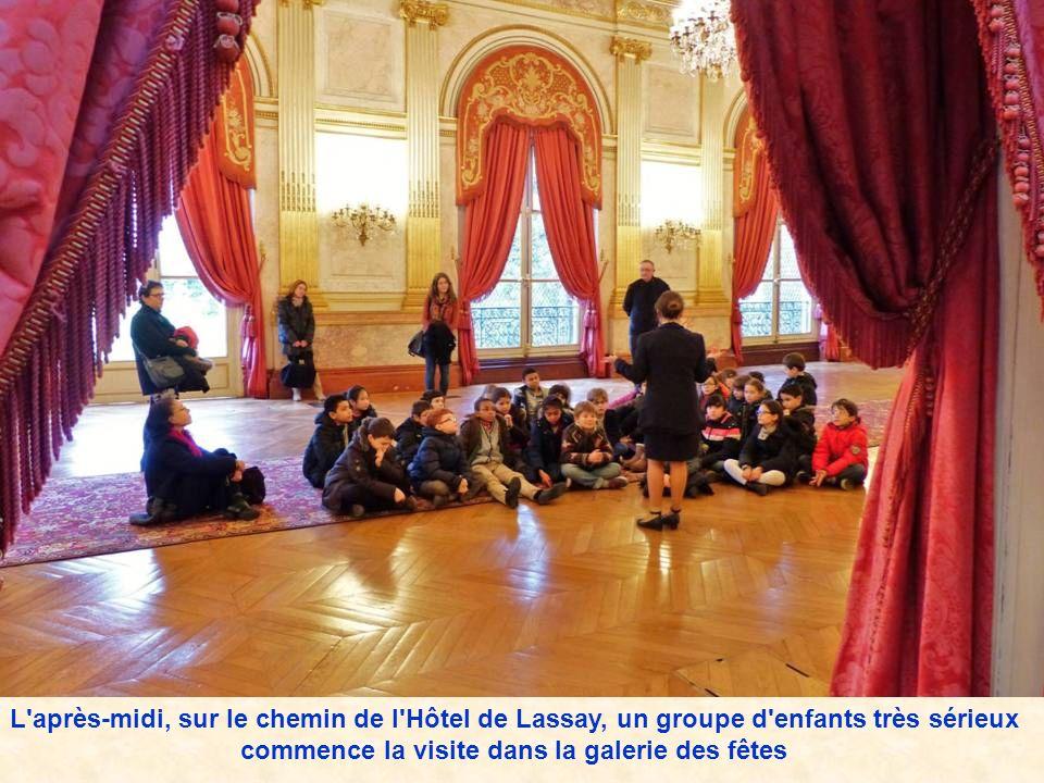 L après-midi, sur le chemin de l Hôtel de Lassay, un groupe d enfants très sérieux commence la visite dans la galerie des fêtes