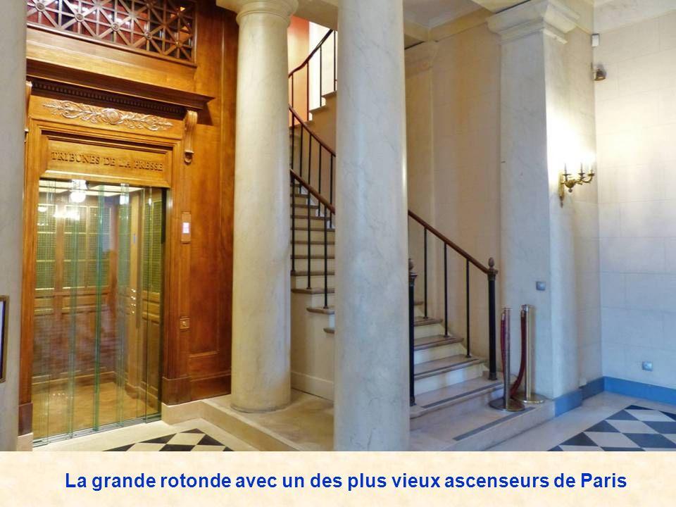 La grande rotonde avec un des plus vieux ascenseurs de Paris