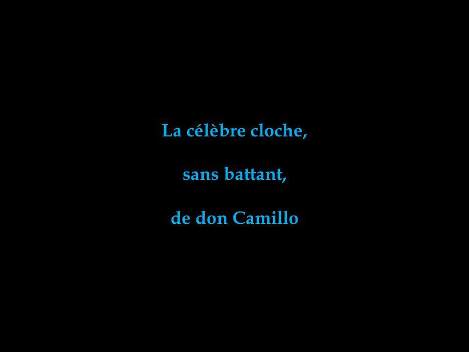 La célèbre cloche, sans battant, de don Camillo