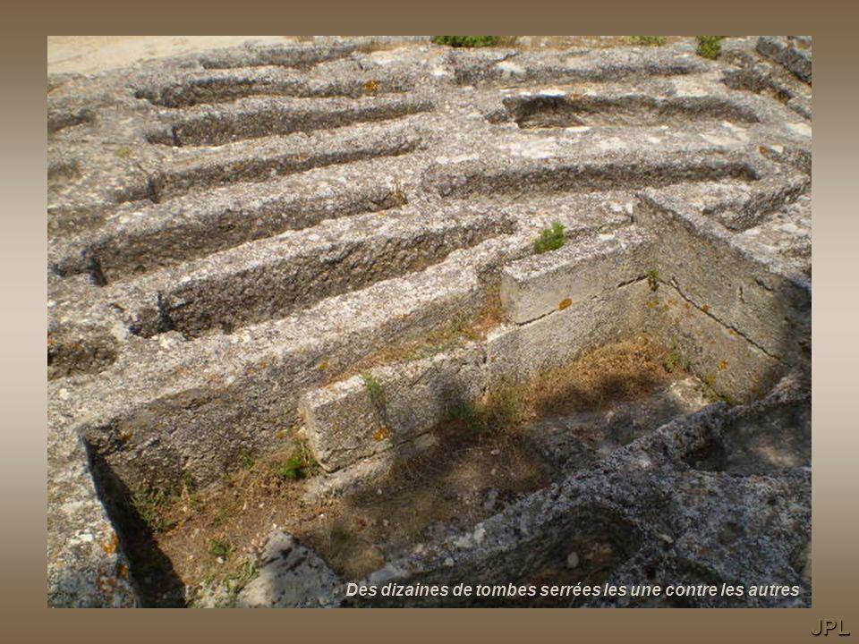 Des dizaines de tombes serrées les une contre les autres