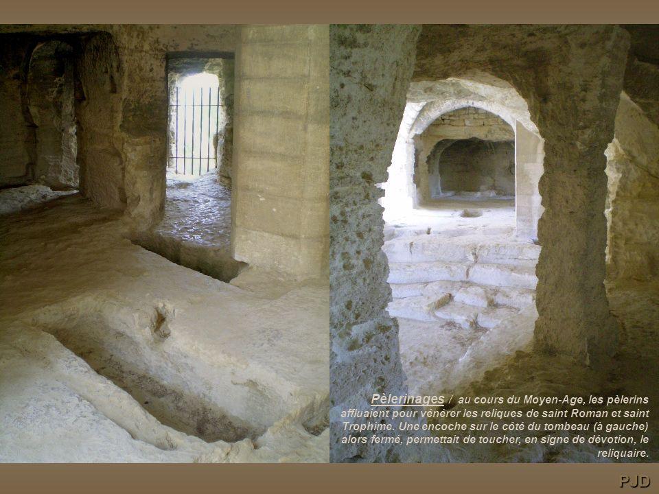 Pèlerinages / au cours du Moyen-Age, les pèlerins affluaient pour vénérer les reliques de saint Roman et saint Trophime. Une encoche sur le côté du tombeau (à gauche) alors fermé, permettait de toucher, en signe de dévotion, le reliquaire.