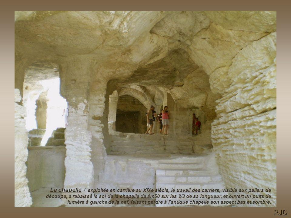 La chapelle / exploitée en carrière au XIXe siècle, le travail des carriers, visible aux paliers de découpe, a rabaissé le sol de la chapelle de 1m50 sur les 2/3 de sa longueur, et ouvert un puits de lumière à gauche de la nef, faisant perdre à l'antique chapelle son aspect bas et sombre.