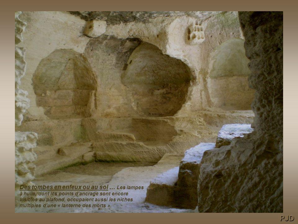 Des tombes en enfeux ou au sol … Les lampes à huile, dont les points d'ancrage sont encore visibles au plafond, occupaient aussi les niches multiples d'une « lanterne des morts ».