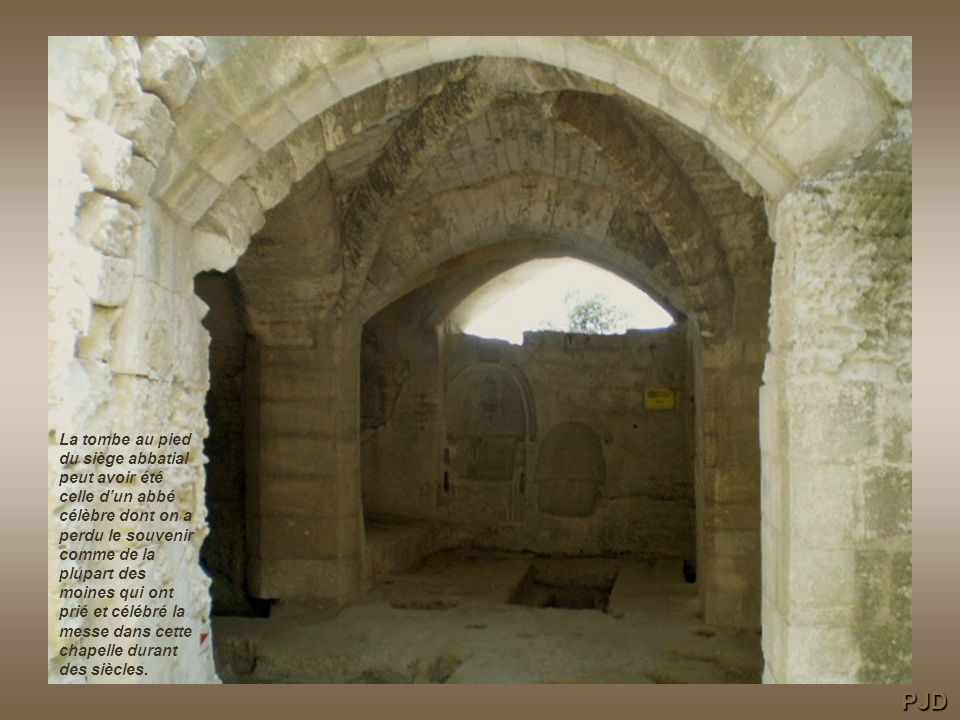 La tombe au pied du siège abbatial peut avoir été celle d'un abbé célèbre dont on a perdu le souvenir comme de la plupart des moines qui ont prié et célébré la messe dans cette chapelle durant des siècles.