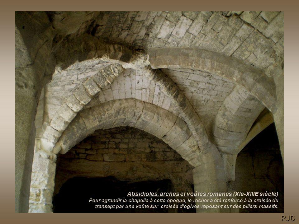 Absidioles, arches et voûtes romanes (XIe-XIIIE siècle) Pour agrandir la chapelle à cette époque, le rocher a été renforcé à la croisée du transept par une voûte sur croisée d'ogives reposant sur des piliers massifs.