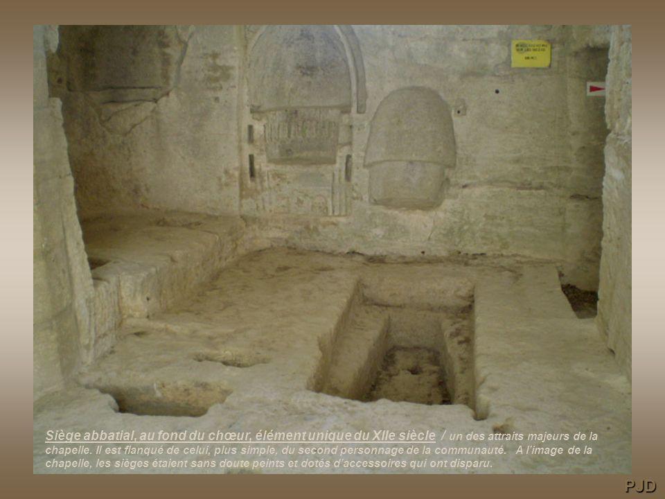 Siège abbatial, au fond du chœur, élément unique du XIIe siècle / un des attraits majeurs de la chapelle. Il est flanqué de celui, plus simple, du second personnage de la communauté. A l'image de la chapelle, les sièges étaient sans doute peints et dotés d'accessoires qui ont disparu.