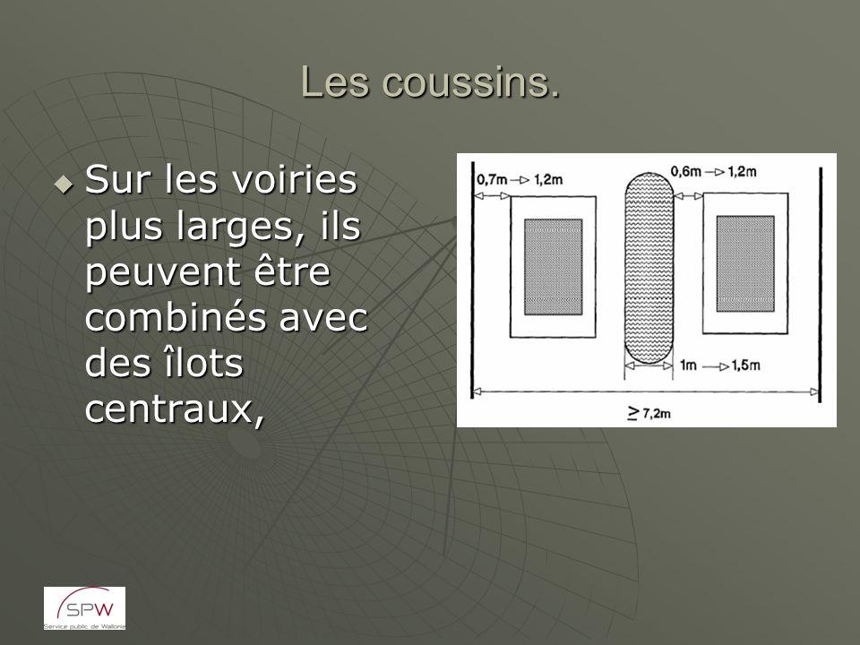 Les coussins. Sur les voiries plus larges, ils peuvent être combinés avec des îlots centraux,