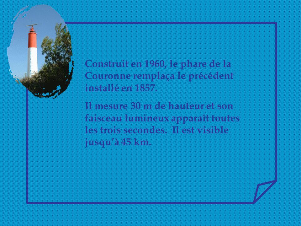 Construit en 1960, le phare de la Couronne remplaça le précédent installé en 1857.