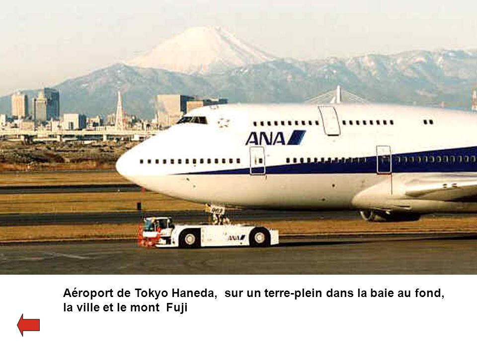 Aéroport de Tokyo Haneda, sur un terre-plein dans la baie au fond,