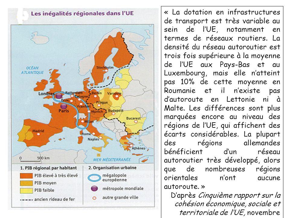 « La dotation en infrastructures de transport est très variable au sein de l'UE, notamment en termes de réseaux routiers. La densité du réseau autoroutier est trois fois supérieure à la moyenne de l'UE aux Pays-Bas et au Luxembourg, mais elle n'atteint pas 10% de cette moyenne en Roumanie et il n'existe pas d'autoroute en Lettonie ni à Malte. Les différences sont plus marquées encore au niveau des régions de l'UE, qui affichent des écarts considérables. La plupart des régions allemandes bénéficient d'un réseau autoroutier très développé, alors que de nombreuses régions orientales n'ont aucune autoroute. »